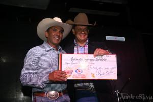 Paulo Emílio, entregando cheque simbólico para uma das entidades no lançamento / Foto: André Silva