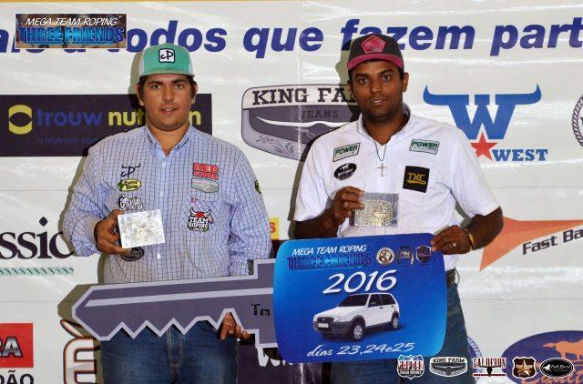 Caio recebendo com carro com Lucas do Santos - Foto: Divulgação Prova Three Friends