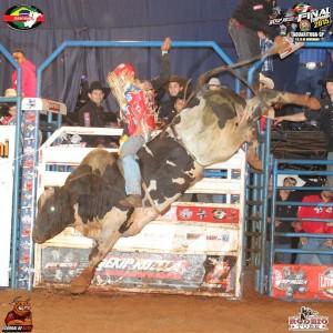 Dener vencendo o segundo round em Taquarituba / Foto: Rodeio Tube
