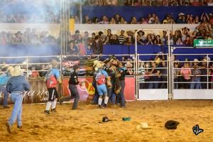 Na arena vários chapéus e ao fundo amigos carregam Keny - Foto Rodolfo Lesse