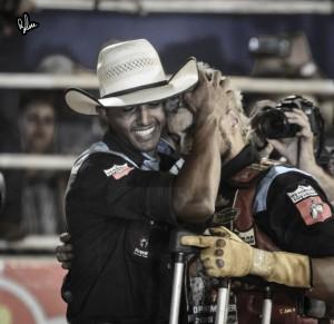 Lucas Divino, sorrindo, abraça Keny Roger após a vitória dentro da arena - Foto Rodolfo Lesse