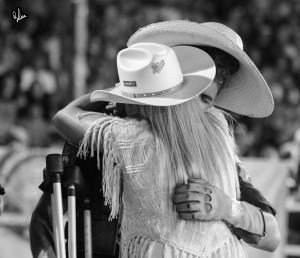 Ana e Keny Abraçado dentro da arena