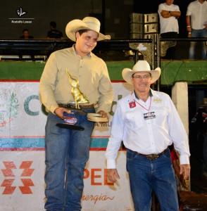 João Castro recebendo troféu de melhor touro / Foto Rodolfo Lesse