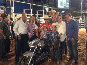 Rodrigo Alexandre com toda a família e ao lado da vigésima moto da carreira / Foto: Eugênio José