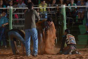 Danilo comemorando com os amigos na arena / Foto - Ricardo Mariotto