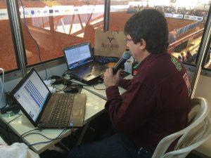 Alessandro Mendes: Em um computador atualiza os tempos, no outro trabalha como DJ enquanto narra a prova / Foto: Eugênio José