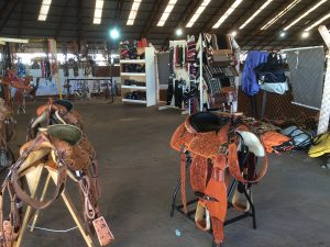 Selas e tralhas a venda para os competidores e visitantes / Foto: Eugênio José