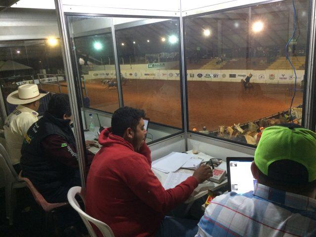 Locutores trabalham na Prova do Issao / Foto Eugênio José
