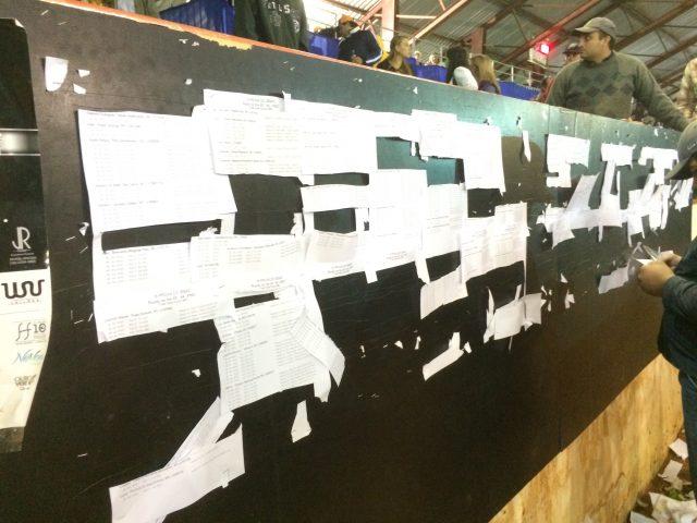 Mural com ordem de entrada, competidores cortam com canivete para se organizarem - Prova do Issao / Foto Eugênio José
