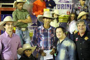 Vinicius Recebendo a premiação - Foto Eugênio José