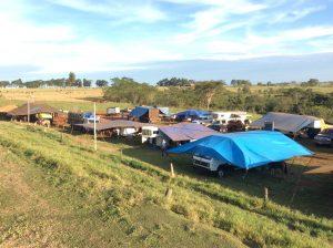 Um verdadeiro acampamento entre caminhões e trailers é montado ao lado para os participantes - Foto Eugênio José