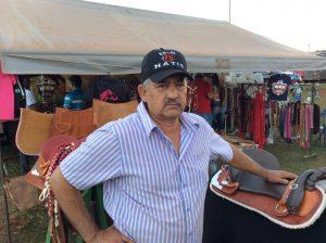 O Sr João Nates vive de vendas de equipamentos para o Laço Comprido, ele tem um loja itinerante o acompanha todas as provas - Foto Eugênio José