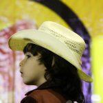 garoto olhando para arena