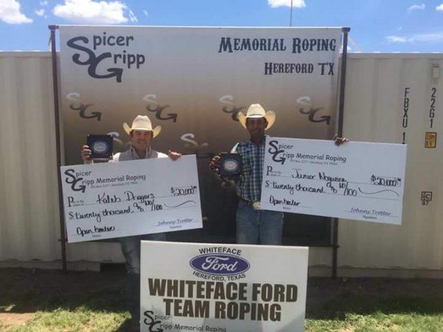 Kaleb Driggers e Junior Nogueira recebendo o cheque no Spicer Gripp