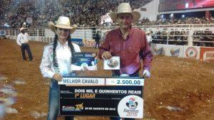 Tony Nascimento e Lilian Karla com a fivela de melhor animal em Barretos