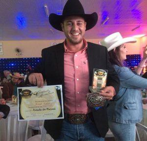 Marcelo Sichieri recebendo os prêmios