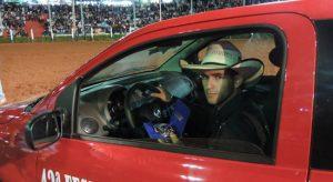 Lucas recebendo o carro da Equipe Dezembro
